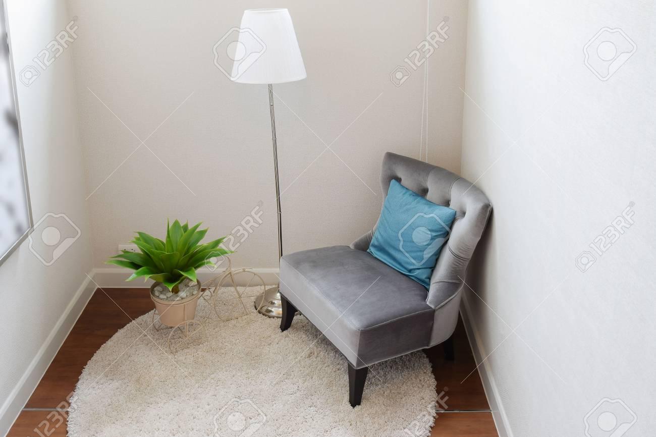 Lusso Grigio Divano Tweed Con Il Cuscino Blu In Angolo Soggiorno A ...