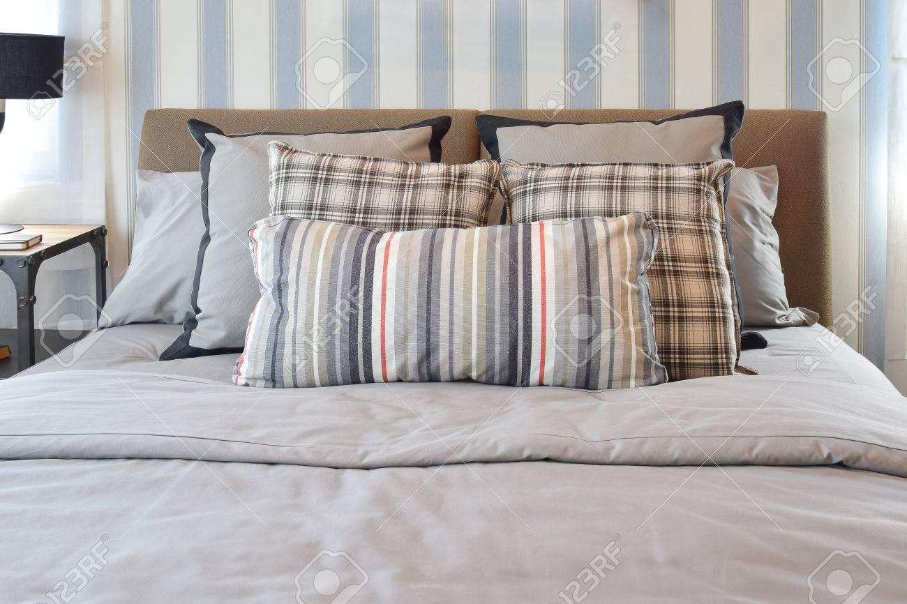 elegante camera da letto interior design con cuscini a righe sul ... - Cuscini Camera Da Letto