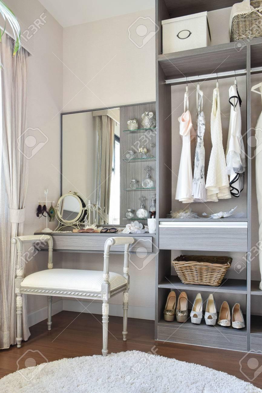 Vintage Stil Dressing Zimmer Mit Klassischen Weissen Stuhl Und Schminktisch Lizenzfreie Fotos Bilder Und Stock Fotografie Image 45359660