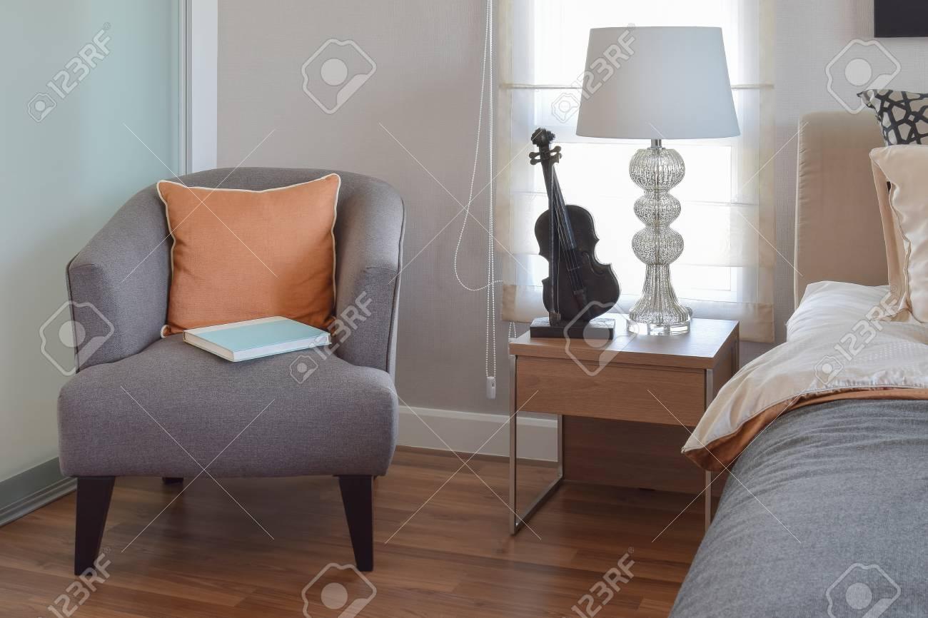 Intérieur De Chambre à Coucher Moderne Avec Oreiller Orange Sur ...