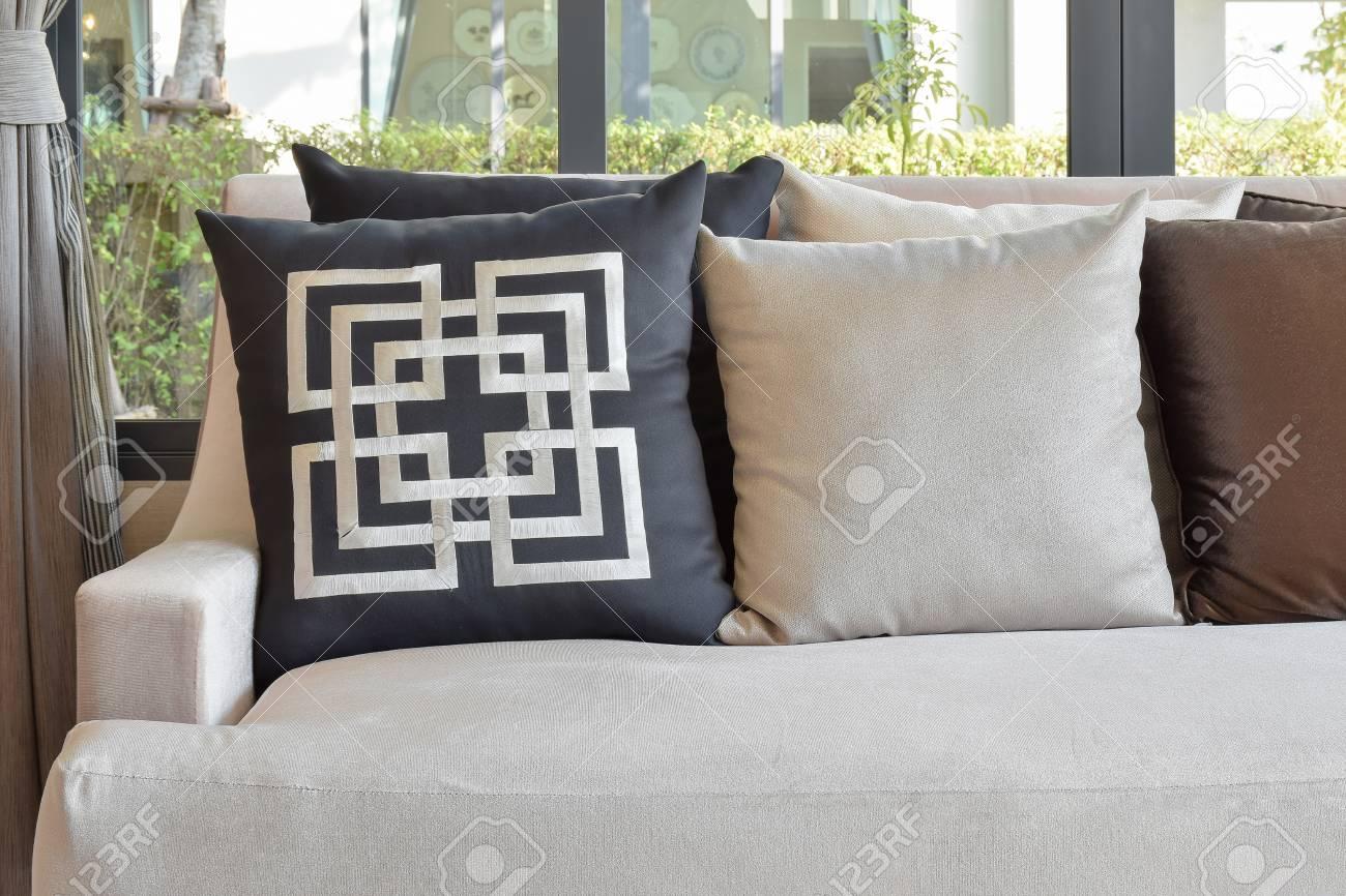 Cuscini Su Divano Marrone cuscini retrò sul comodo divano marrone nel soggiorno