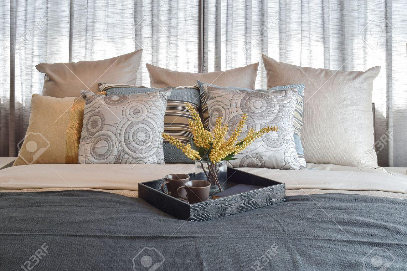 Decorazioni Camere Da Letto : Camera da letto interior design di lusso con cuscini a righe e