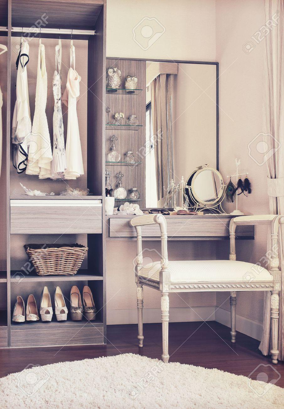Dressing Avec Coiffeuse #8: Photo Vintage De Style De Dressing Avec Chaise Blanche Classique Et Du0027une  Coiffeuse Banque