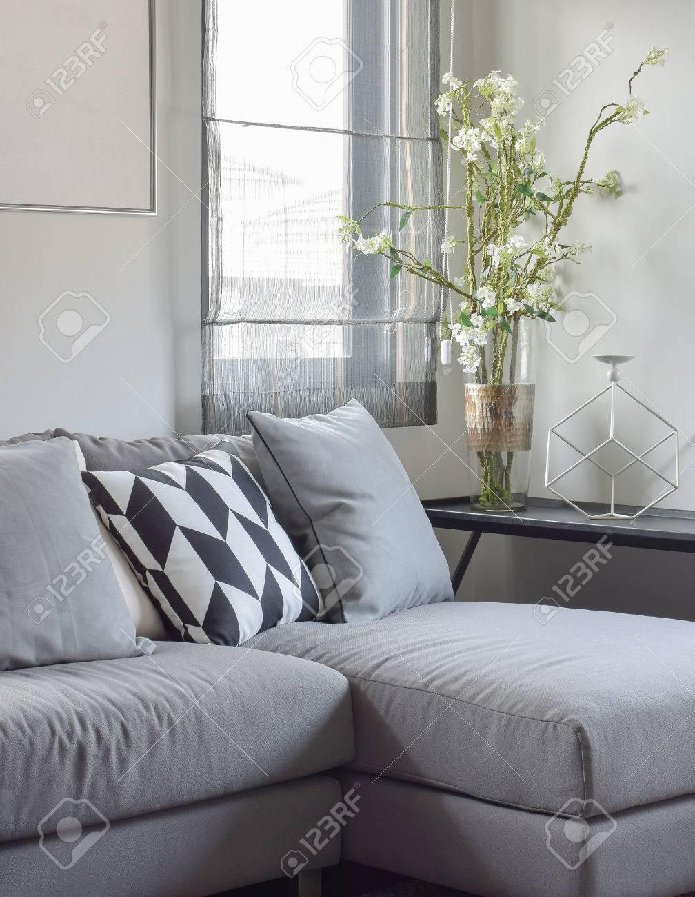 Parallelogramm Musterkissen Und Graue Kissen Auf Grauem Sofa Zu