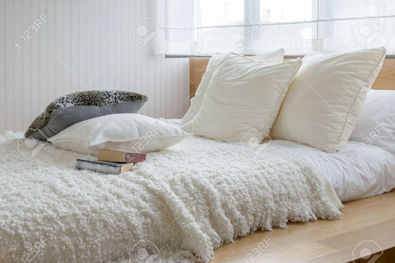Sylish slaapkamer interieur met zwarte en witte kussens op bed ...