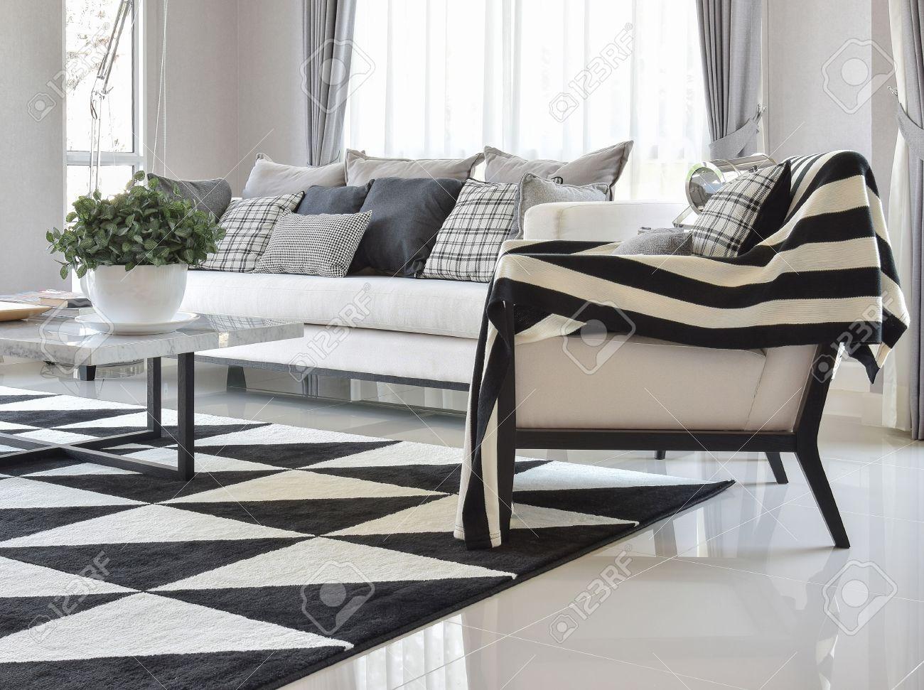 Salon moderne intérieur avec des oreillers en damier noir et blanc ...