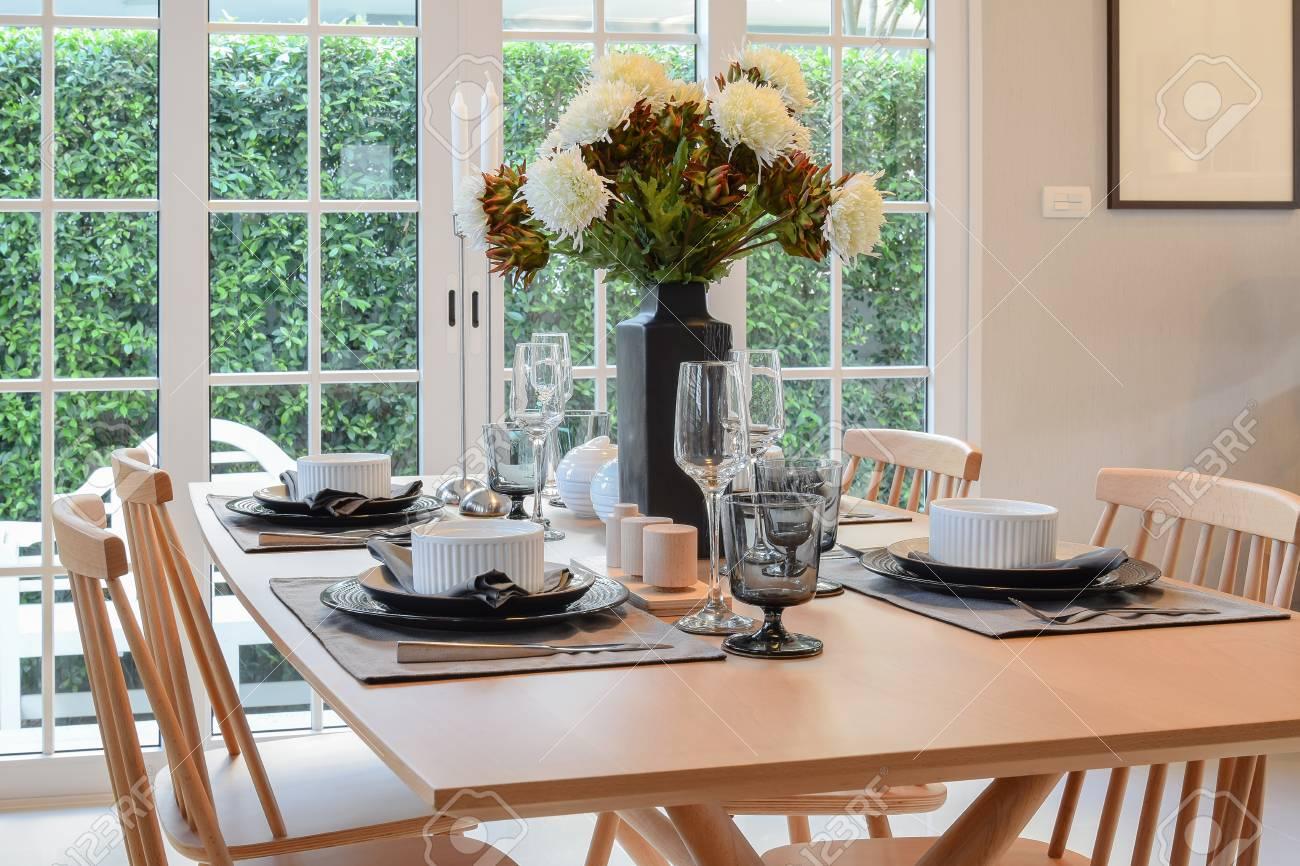 Holztisch Und Stuhle Im Esszimmer Mit Eleganten Tischdekoration Lizenzfreie Fotos Bilder Und Stock Fotografie Image 47275761