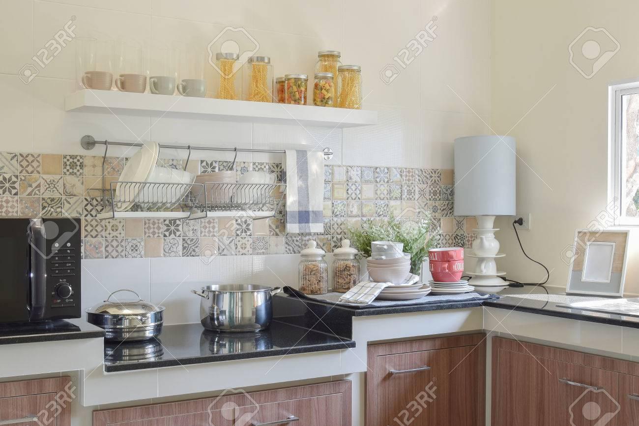 Utensilios De Cocina De Cerámica Moderna Y Utensilios En La Encimera ...