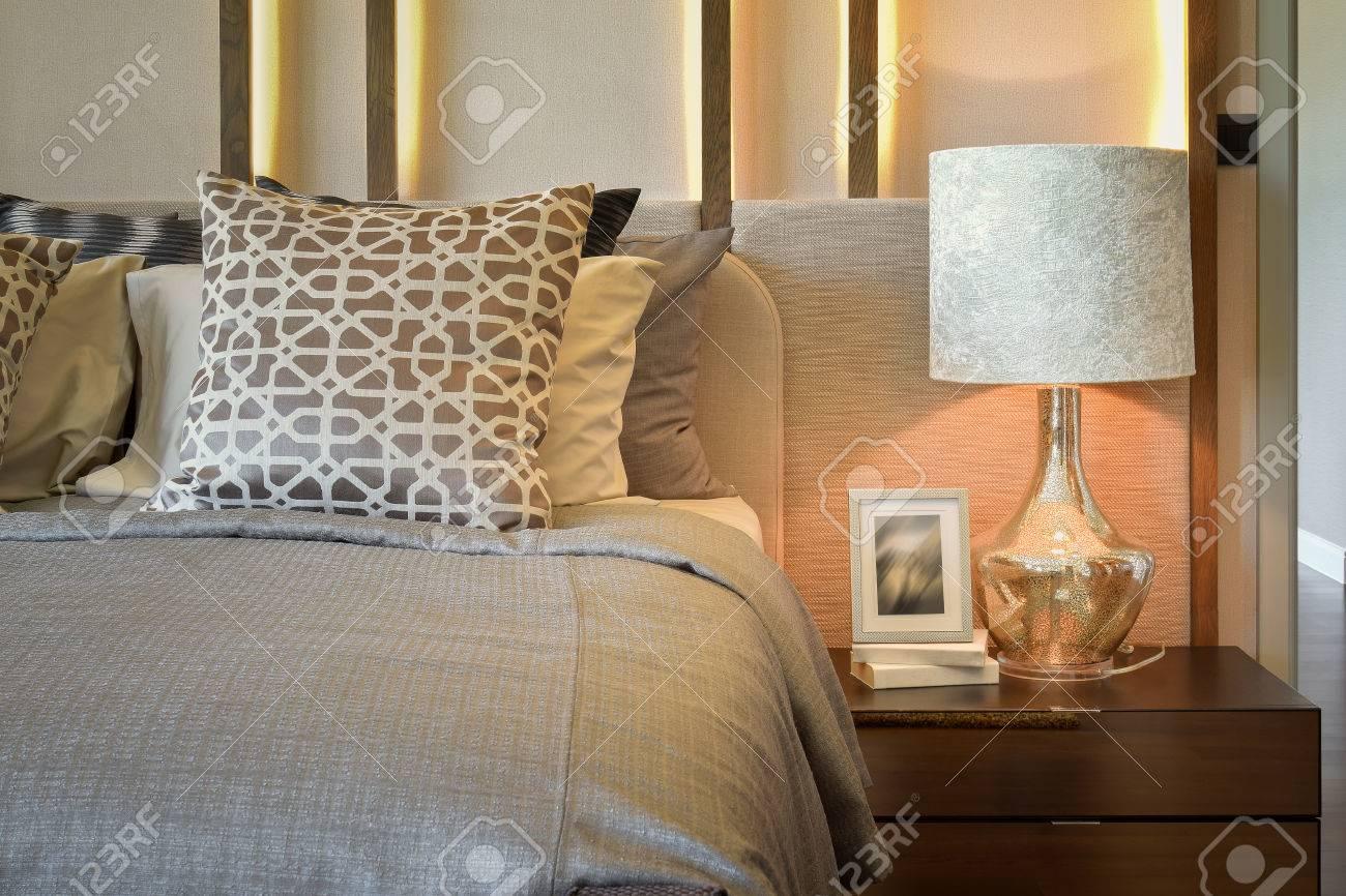 Luxus-Schlafzimmer Mit Weißen Lampe Mit Bilderrahmen Auf Holztisch ...