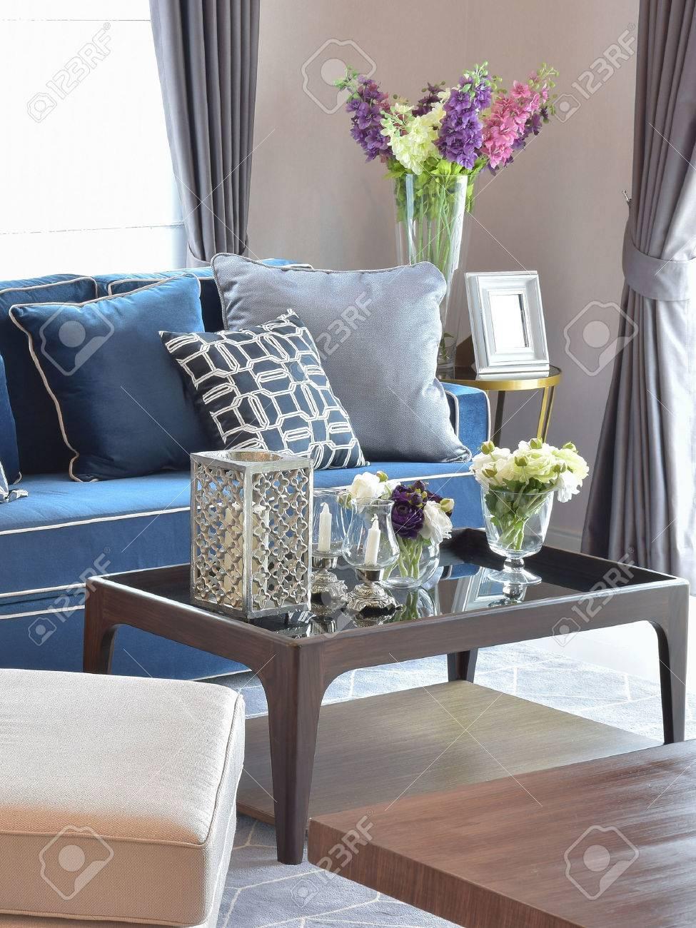 Bougie romantique ensemble avec un canapé classique moderne beige et bleu  chaud salon