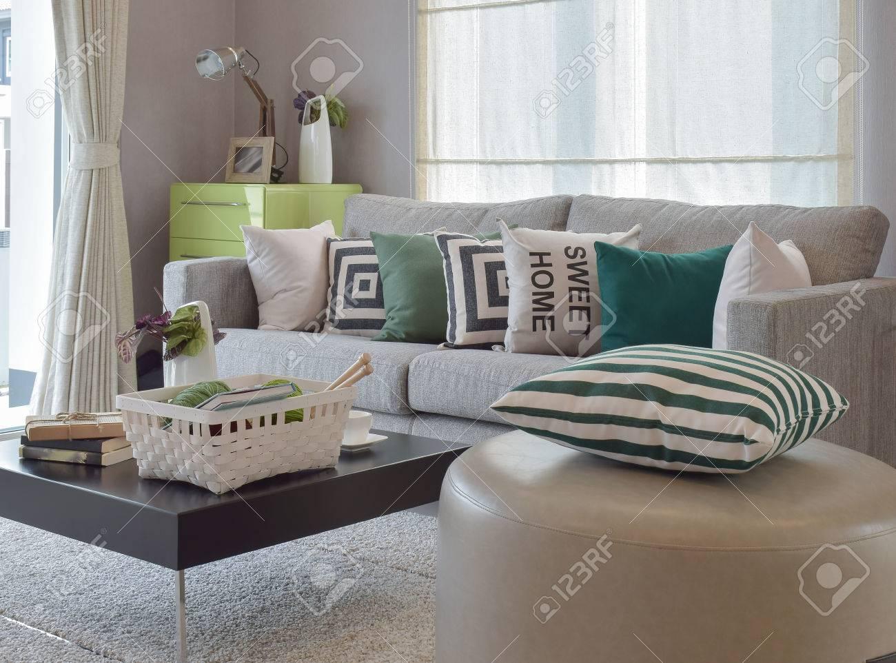 Immagini Stock Lavoro A Maglia Insieme Nel Salotto Accogliente Con Divano Grigio E Cuscini Retro Image 49212818