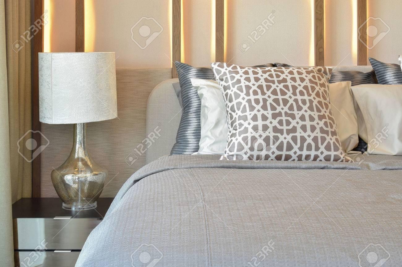 elegante camera da letto, tra design con cuscini marrone sul letto ... - Cuscini Camera Da Letto