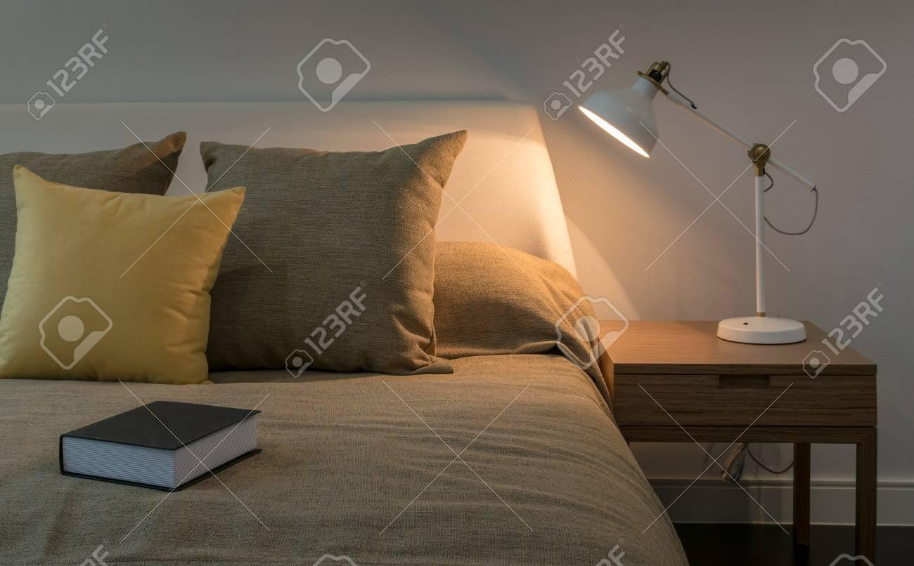 Gemütliches Schlafzimmer Interieur Mit Buch Und Leselampe Auf Dem ...