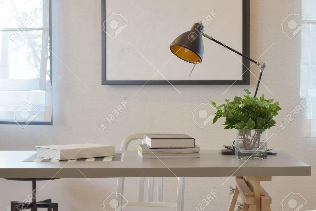 con del libroy Mesa trabajo el de lámpara jarrón en casa wOuZkXiPTl
