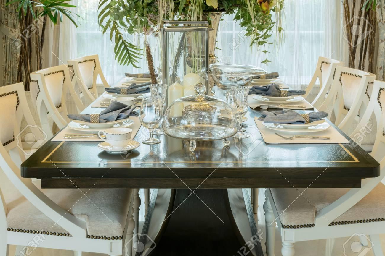 Elegante mesa en el interior del comedor de estilo clásico