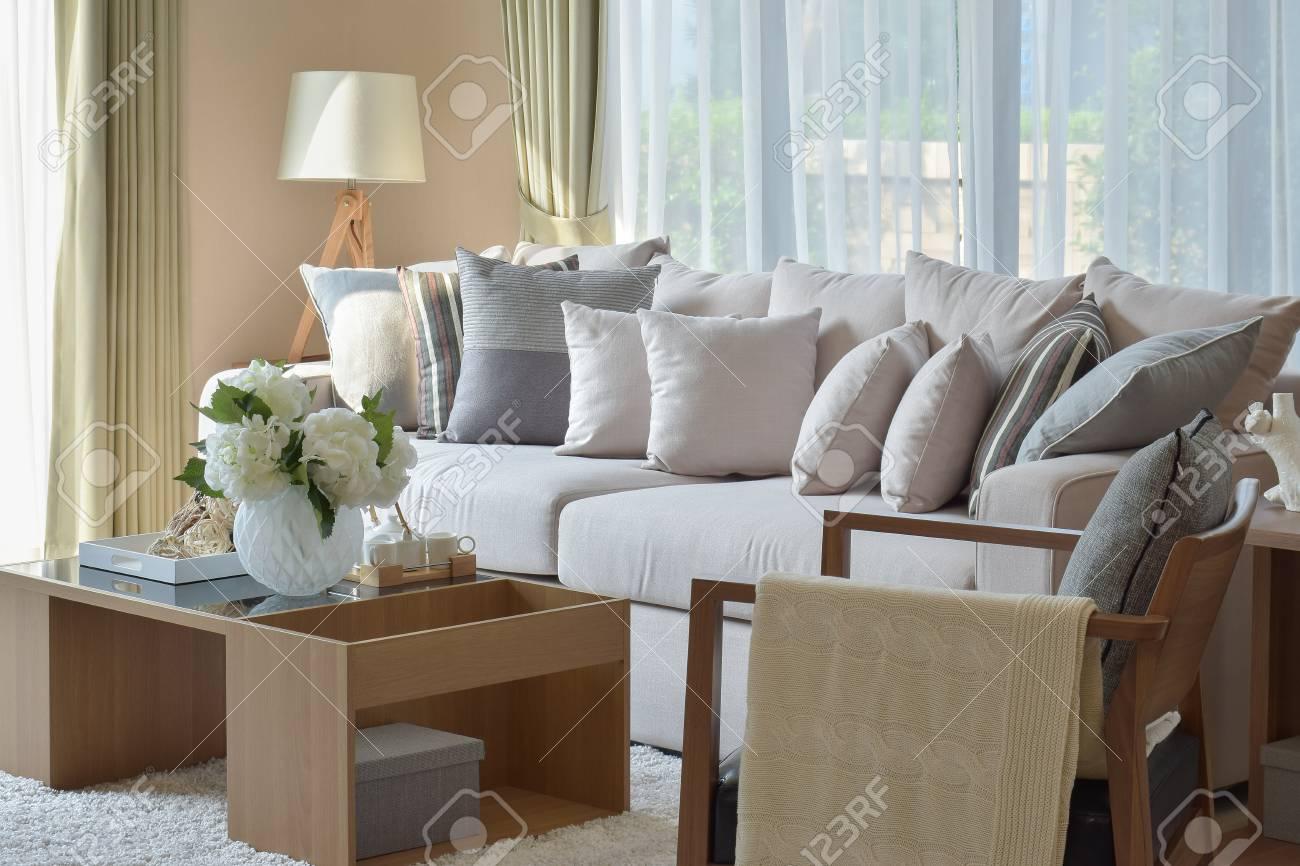 Design moderno soggiorno con divano e lampada in legno foto