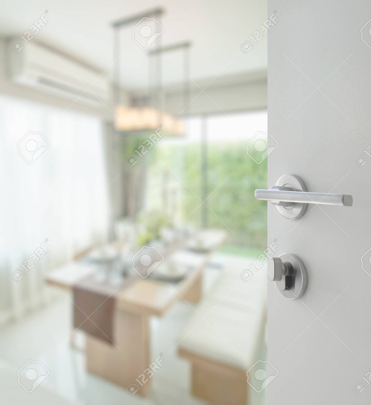 Puerta Blanca Abierta Para Mesa De Comedor Y Sillas Cómodas En Casa ...