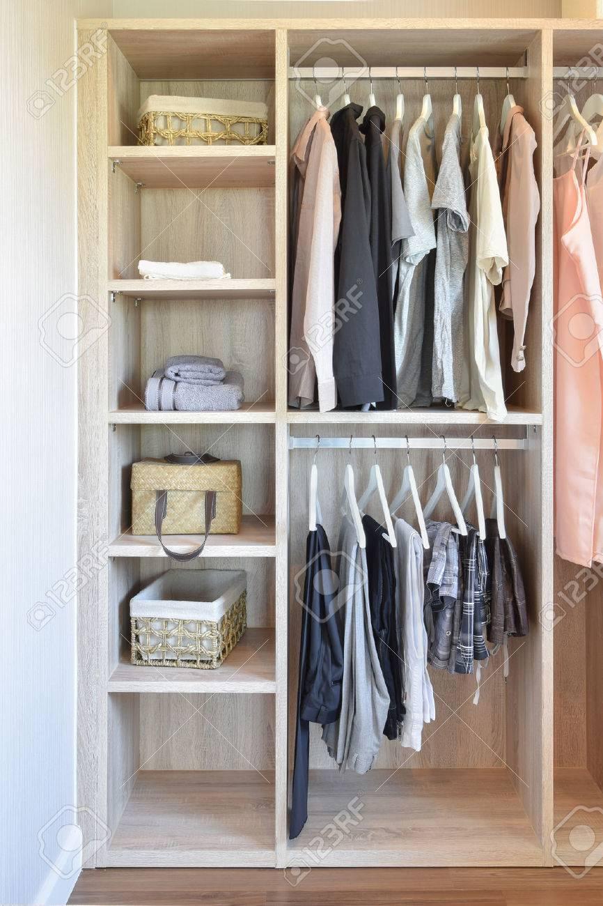 Modernen Schrank Mit Reihe Von Tuchern In Holzernen Kleiderschrank