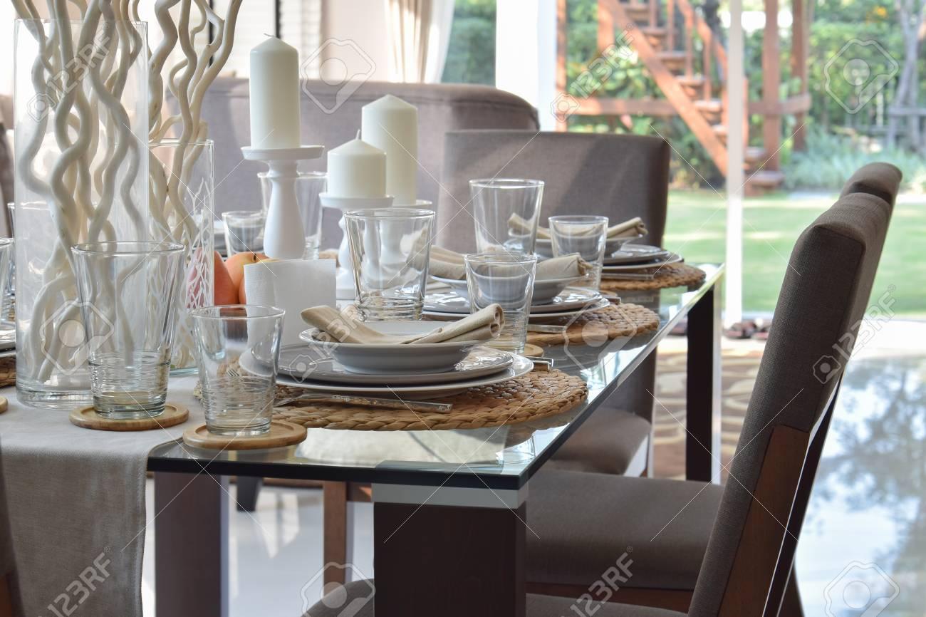 moderne manger élégant de en Table table bois et cadre la à avec chaises maison confortables dans uXiPOkZ