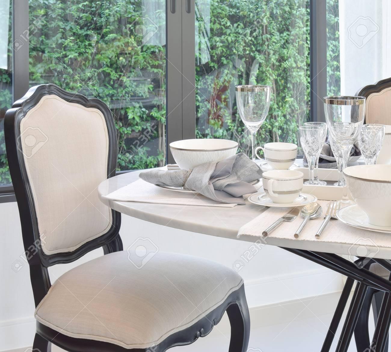 Esstisch Und Bequeme Stuhle In Modernen Haus Mit Eleganten