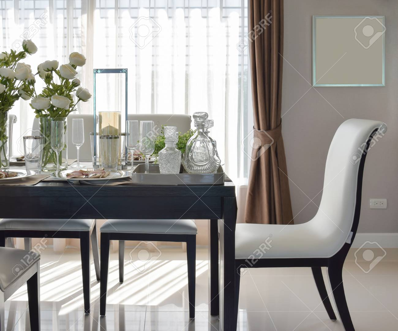 Mesa de comedor de madera y sillas cómodas en casa moderna con una elegante  mesa