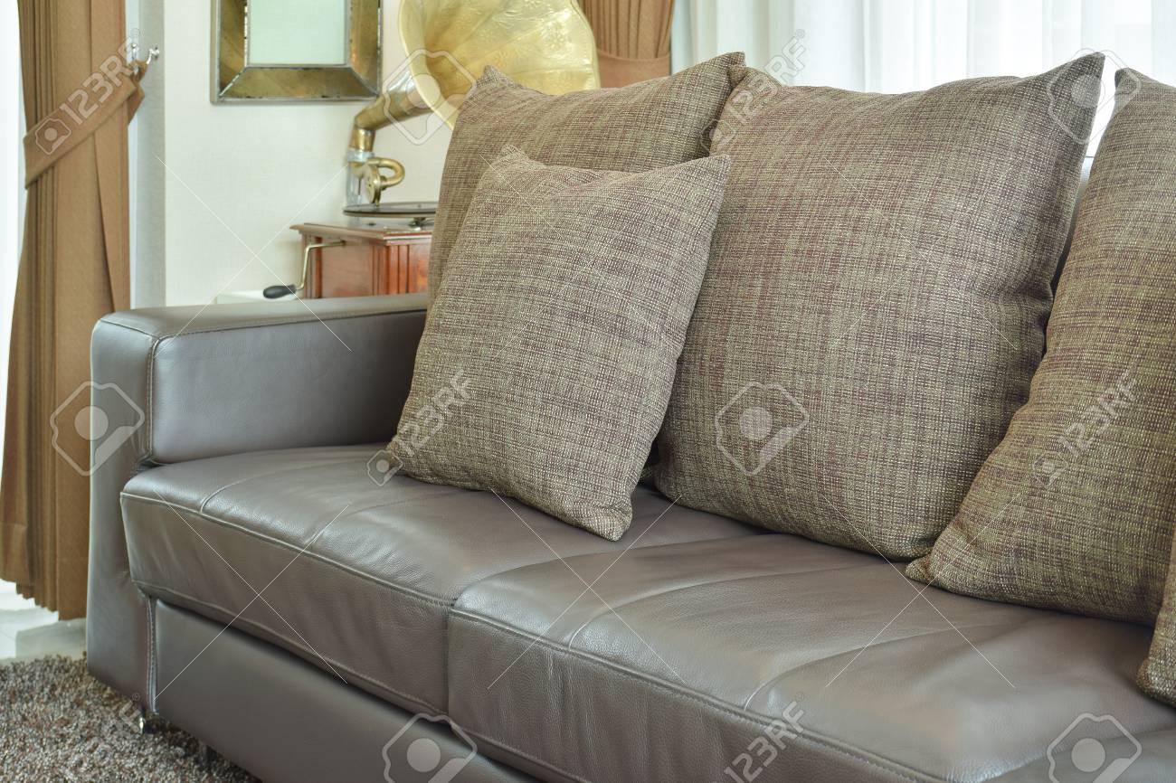 Oreillers De Texture Marron Sur Le Canapé En Cuir Marron Foncé Dans ...