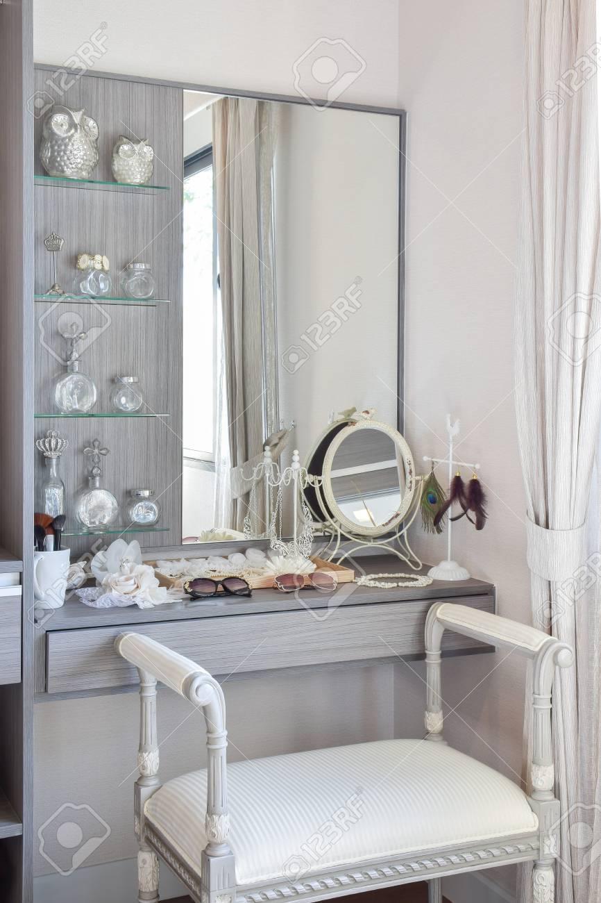 Vintage Stil Dressing Zimmer Mit Klassischen Weißen Stuhl Und