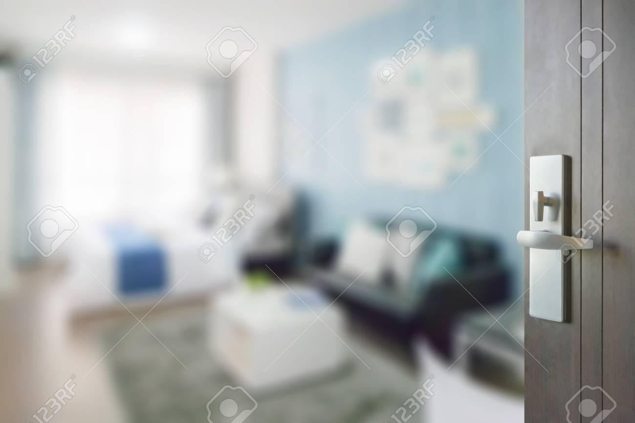 porte en bois ouverte à la couleur bleu chambre à coucher avec