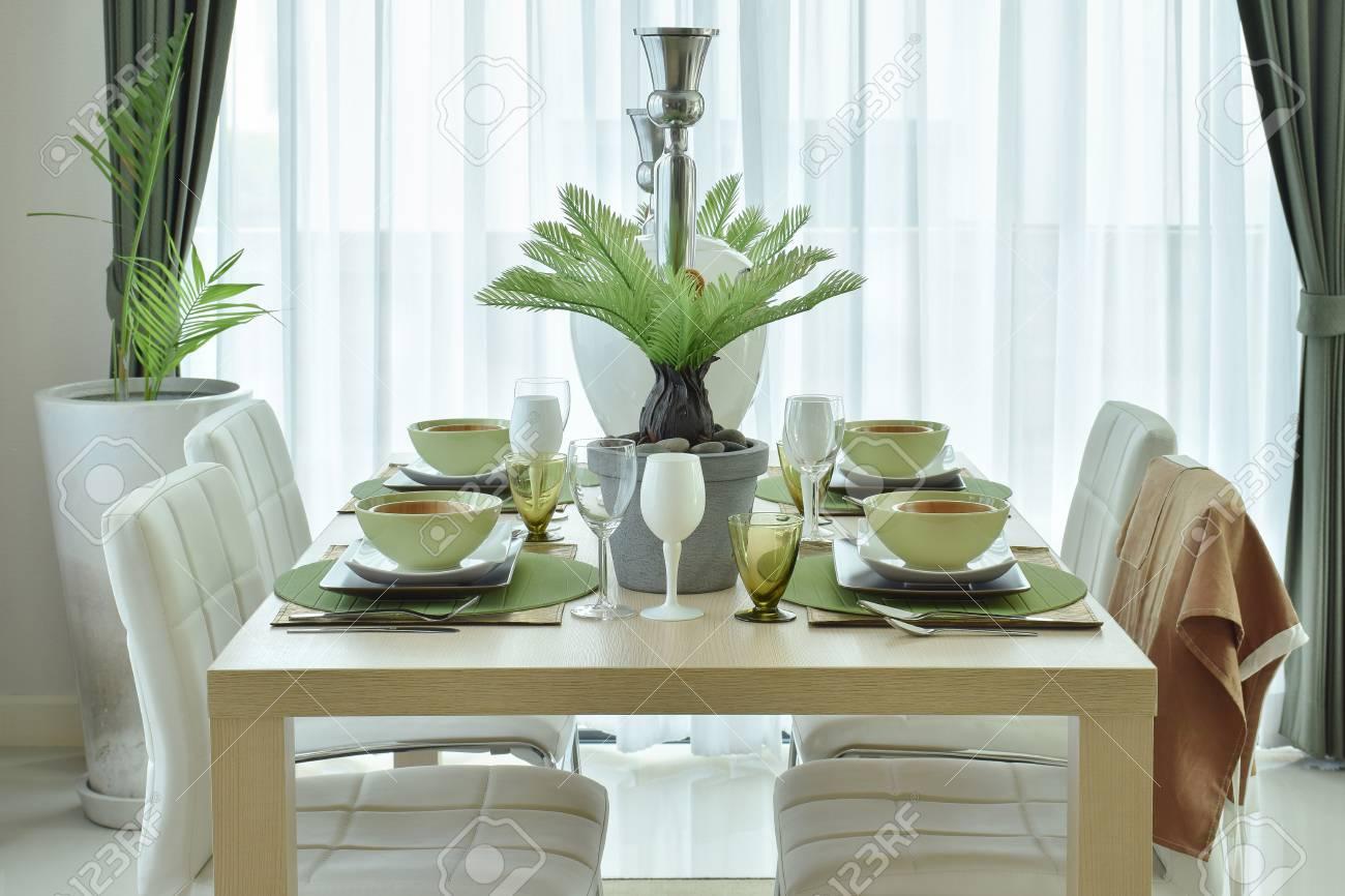 Vajilla de cerámica moderna decoración en la mesa de comedor