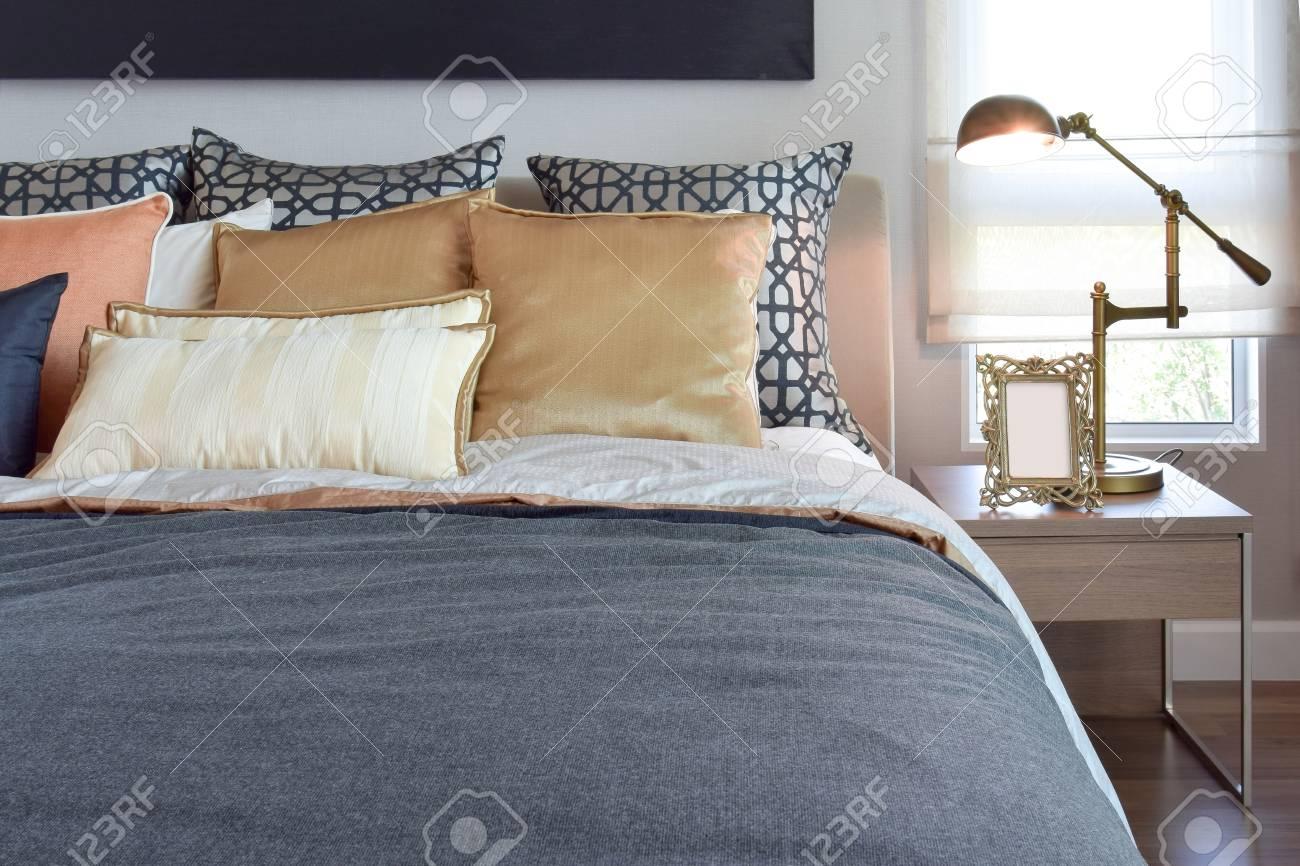 Comò Camera Da Letto Moderna : Immagini stock interno camera da letto moderna con cuscini