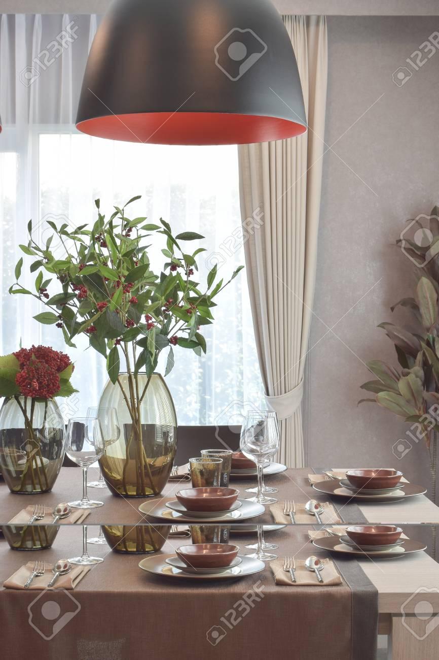 Moderno juego de comedor clásico con la lámpara colgante en el lujo comedor