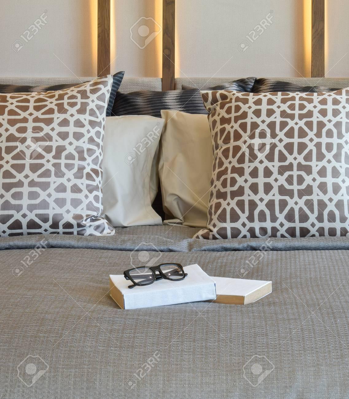 Stijlvolle Slaapkamer Interieur Met Bruine Kussens En Boeken Op Bed ...