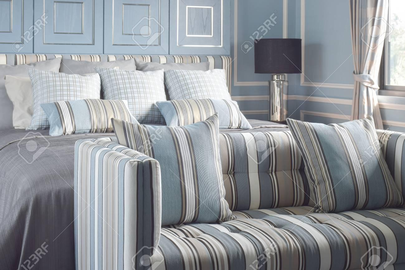 Style Romantique Bleu Clair Avec Lampe De Lecture Et Un Canape