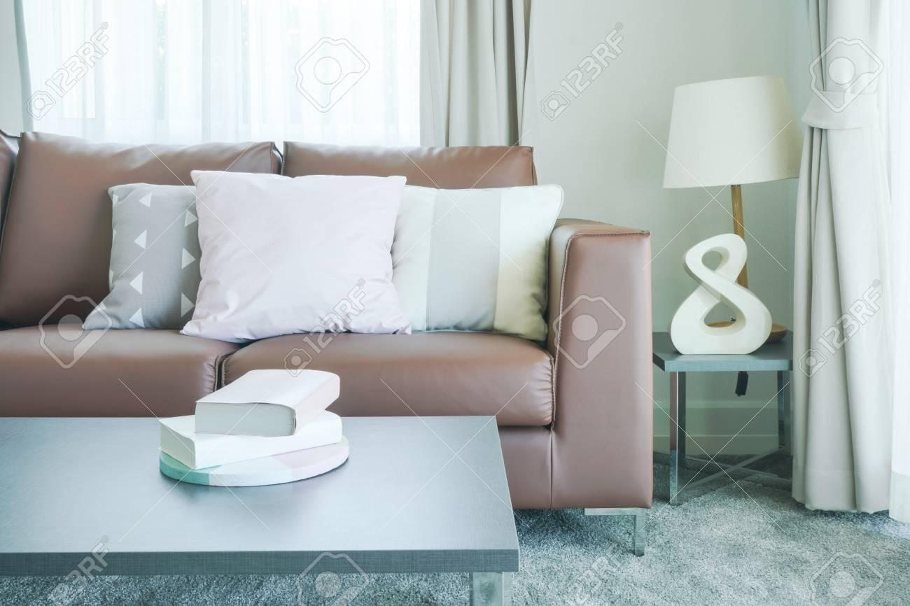 Bücher Auf Dem Tisch Und Braunes Sofa Mit Kissen Im Wohnzimmer