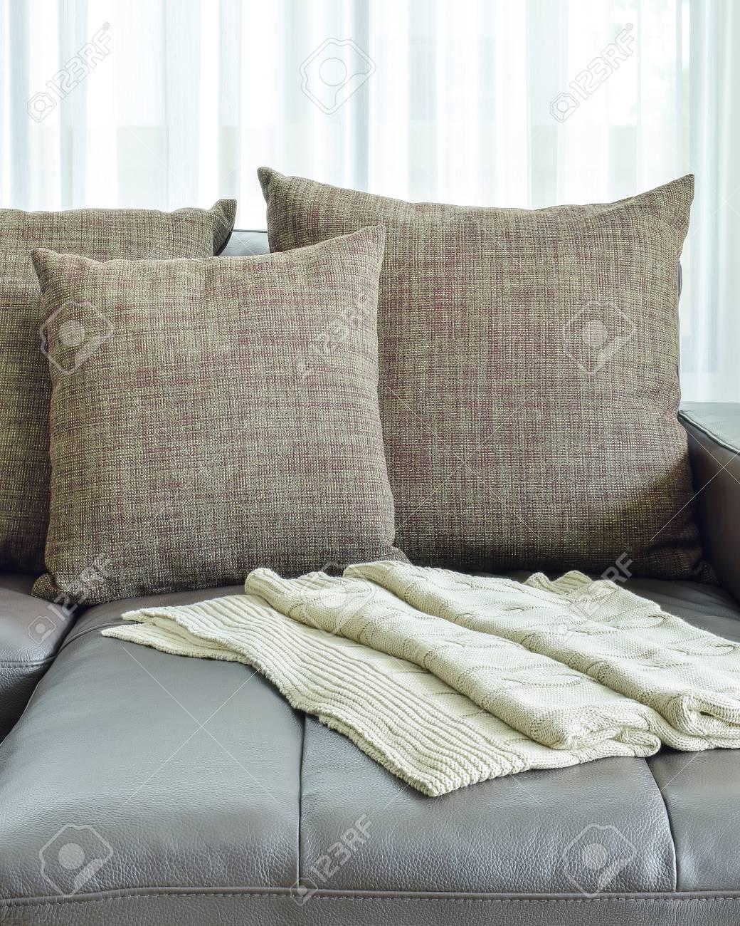 Canapé En Cuir Gris Avec Coussins Brun Texture Dans Le Salon Moderne ...