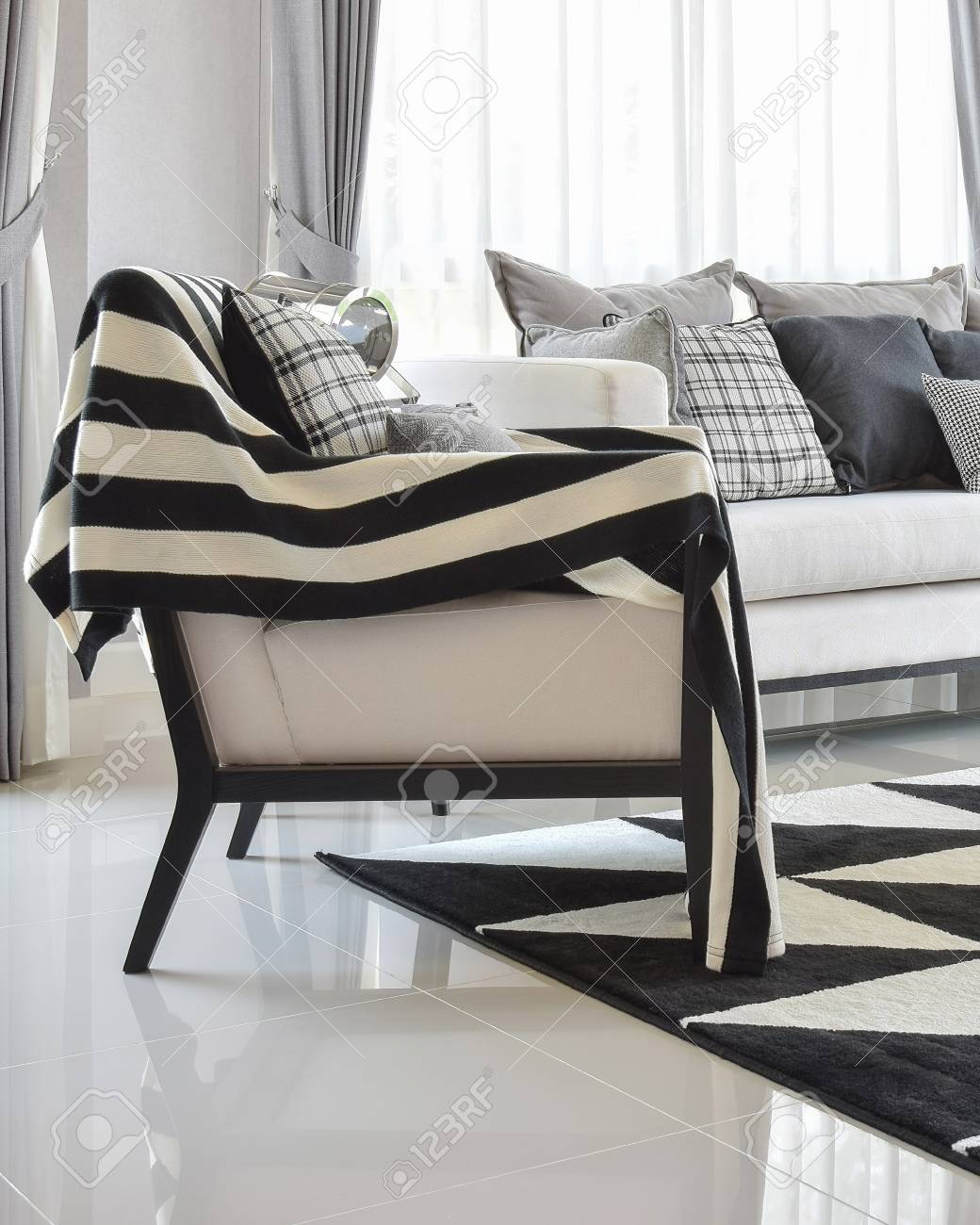 Modernes Wohnzimmer Interieur Mit Schwarzen Und Weißen Farben ...
