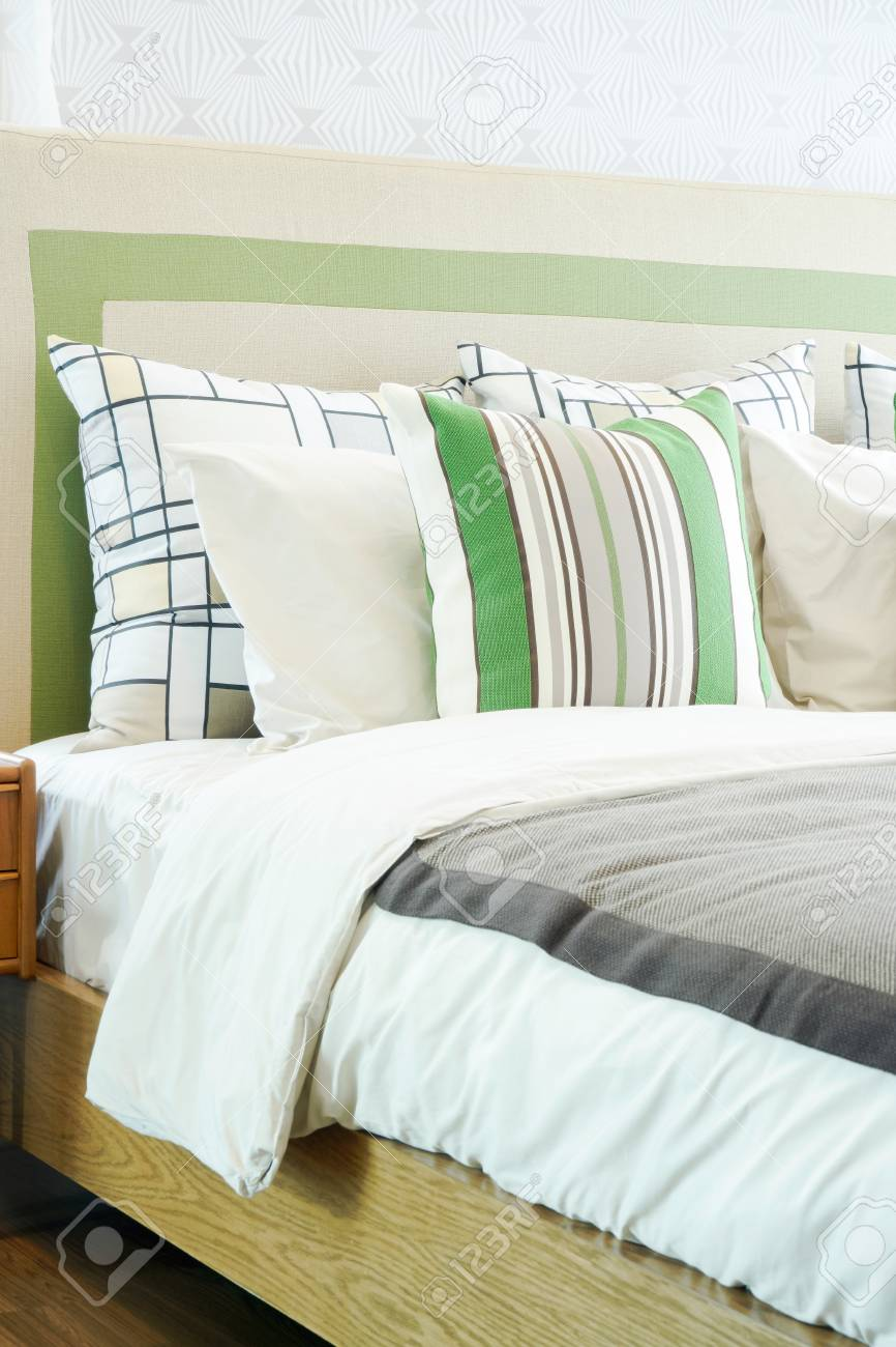 Letto closeup con cuscini in camera da letto classica moderna stile