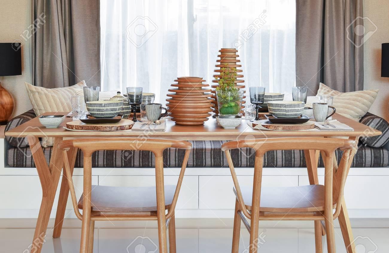 Esstisch Und Bequeme Stuhle Im Modernen Haus Mit Elegantem