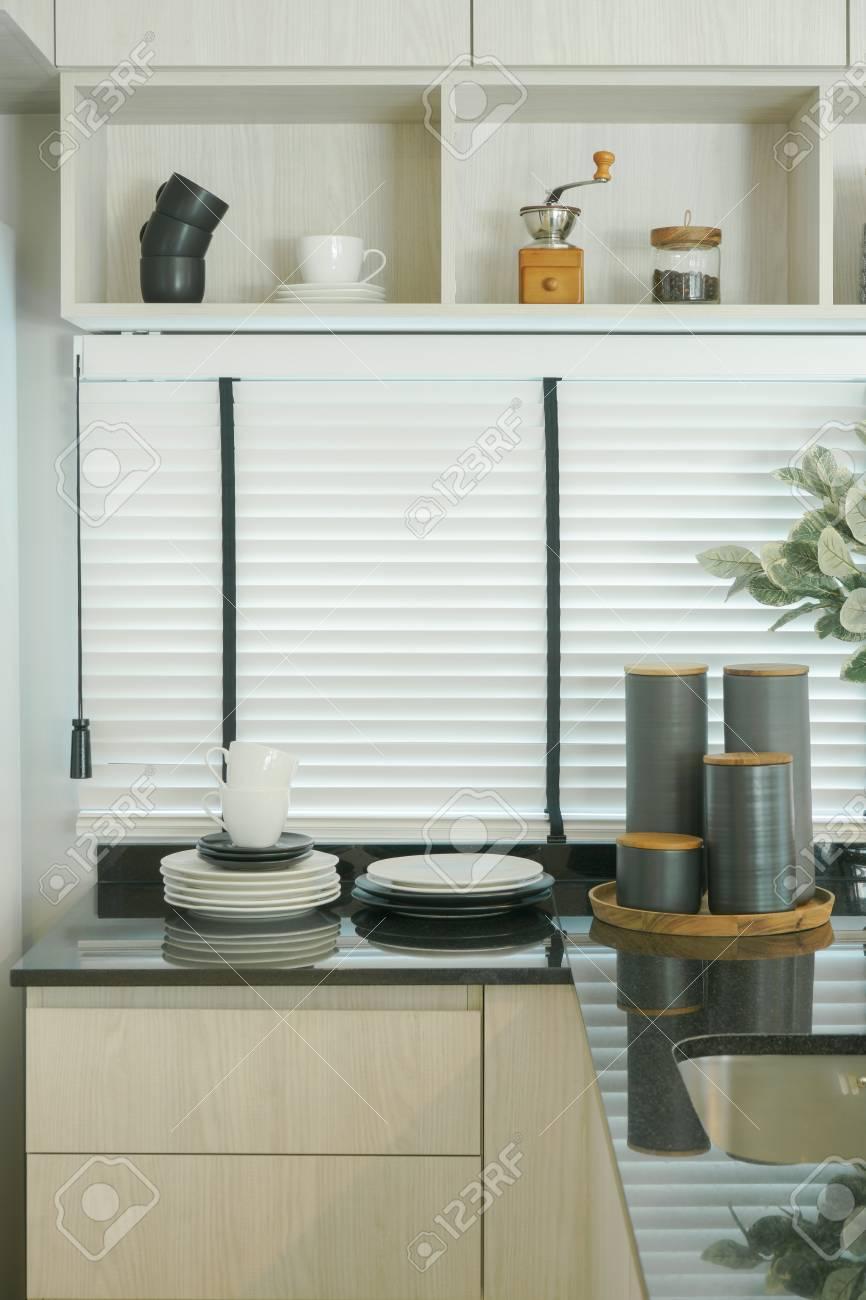 Intérieur de cuisine moderne, plan de travail noir avec étagère murale