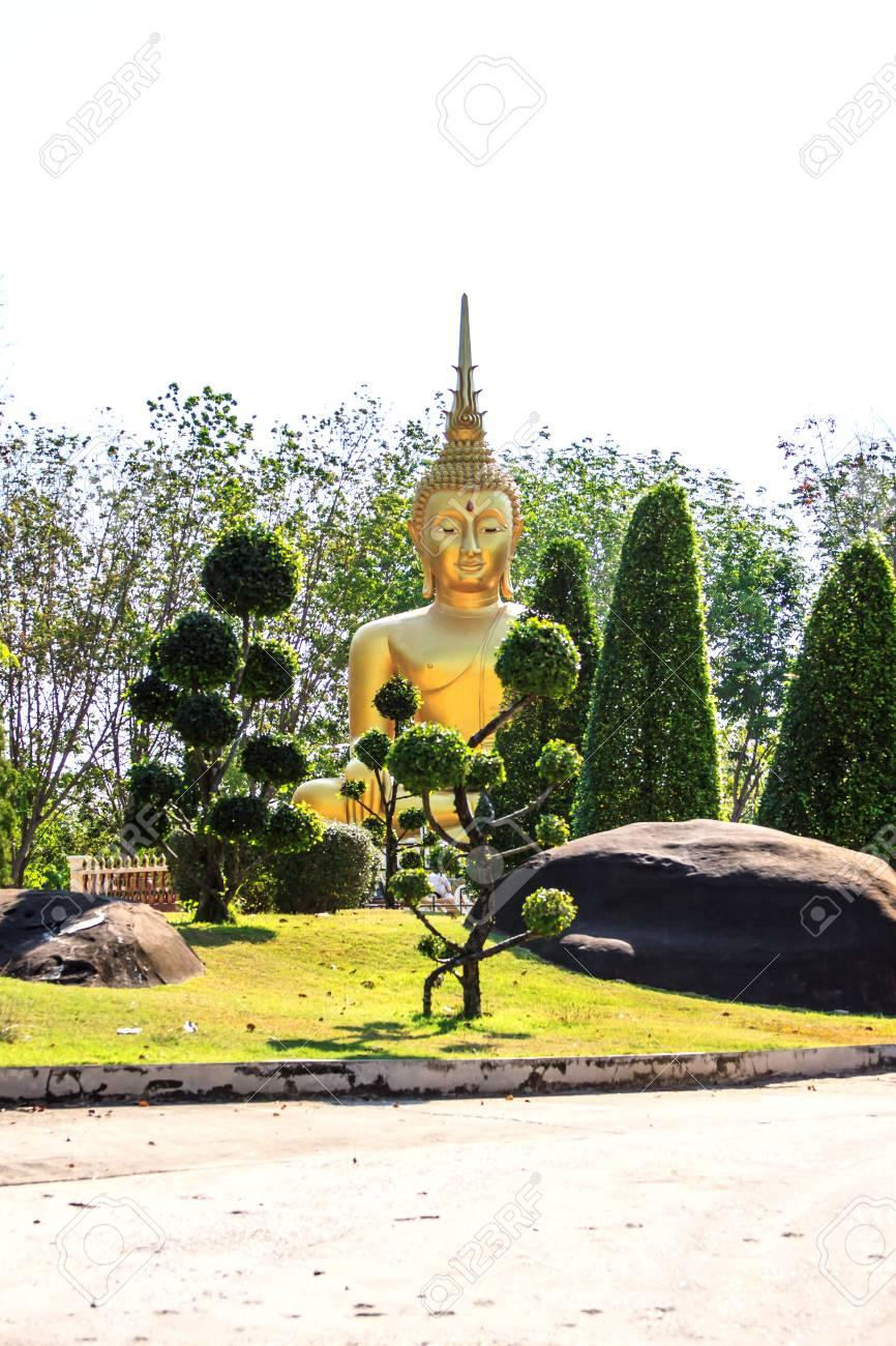 Goldener Buddha Im Thailandischen Tempel Und Im Garten In Thailand