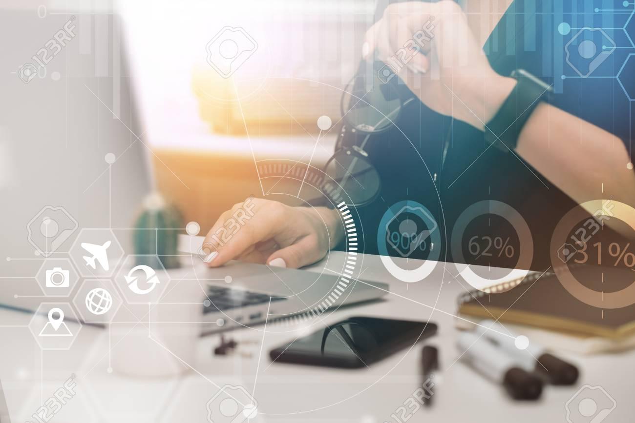 Jeune gestionnaire de projet informatique féminin assis sur son lieu