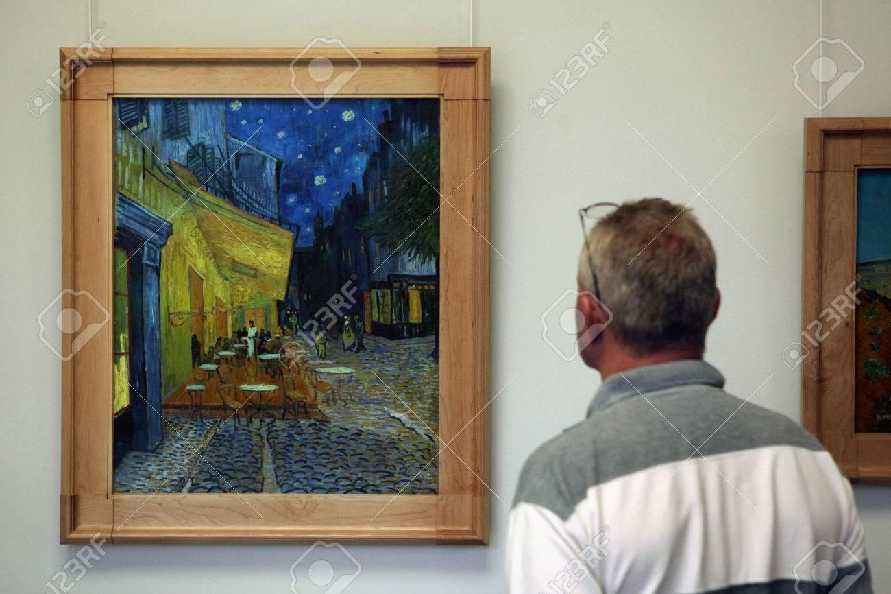 Otterlo Países Bajos 08 De Agosto 2012 Se Ve Visitante En La Pintura Terraza Del Café En La Noche 1888 De Vincent Van Gogh En El Museo Kröller