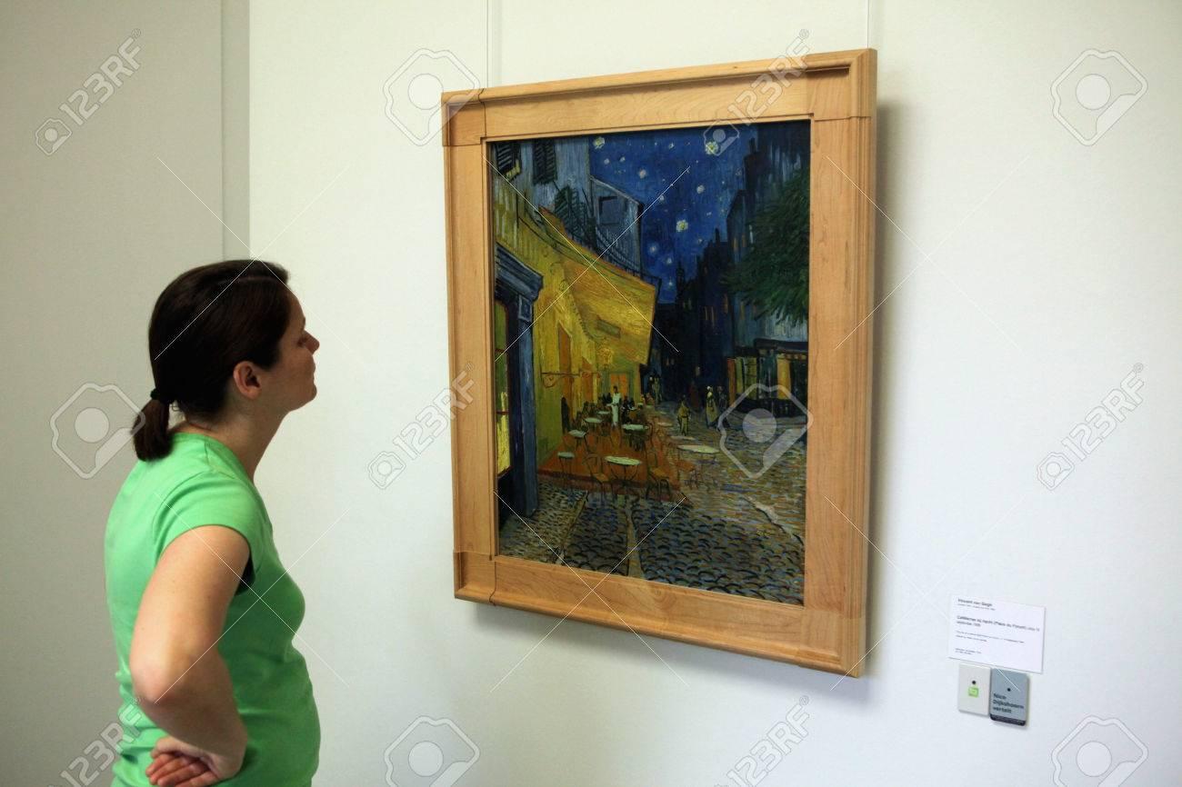 Otterlo Países Bajos 08 De Agosto 2012 Se Ve Visitante En La Pintura Terraza Del Café En La Noche 1888 De Vincent Van Gogh En El Museo Kröller Müller