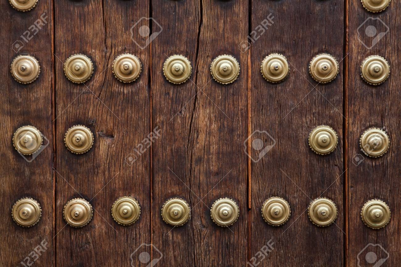 Vieja Puerta De Madera Fija Con Grandes Remaches De Laton En Cordoba Andalucia Espana