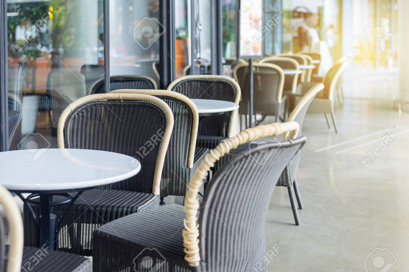 Terrazza caffè con tavoli e sedie