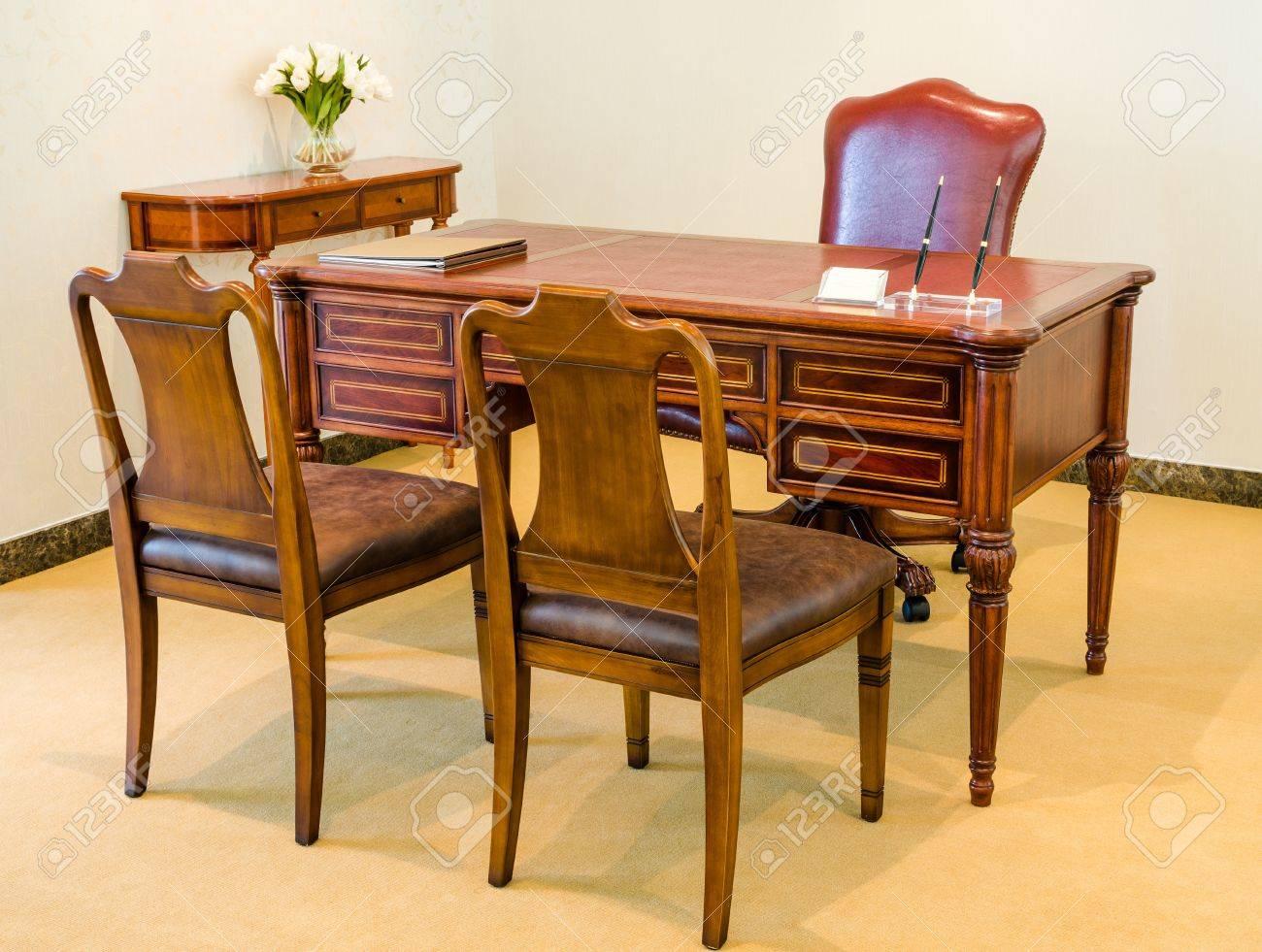 Set Classic Style Vintage Hölzernen Stuhl Und Tisch Im Zimmer
