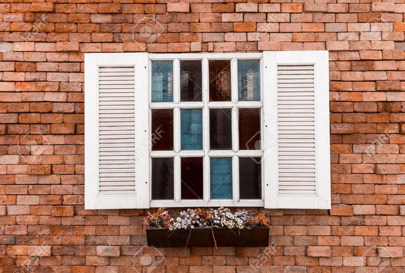 Weiße Fenster In Alten Roten Backsteinmauer Hintergrund Lizenzfreie ...