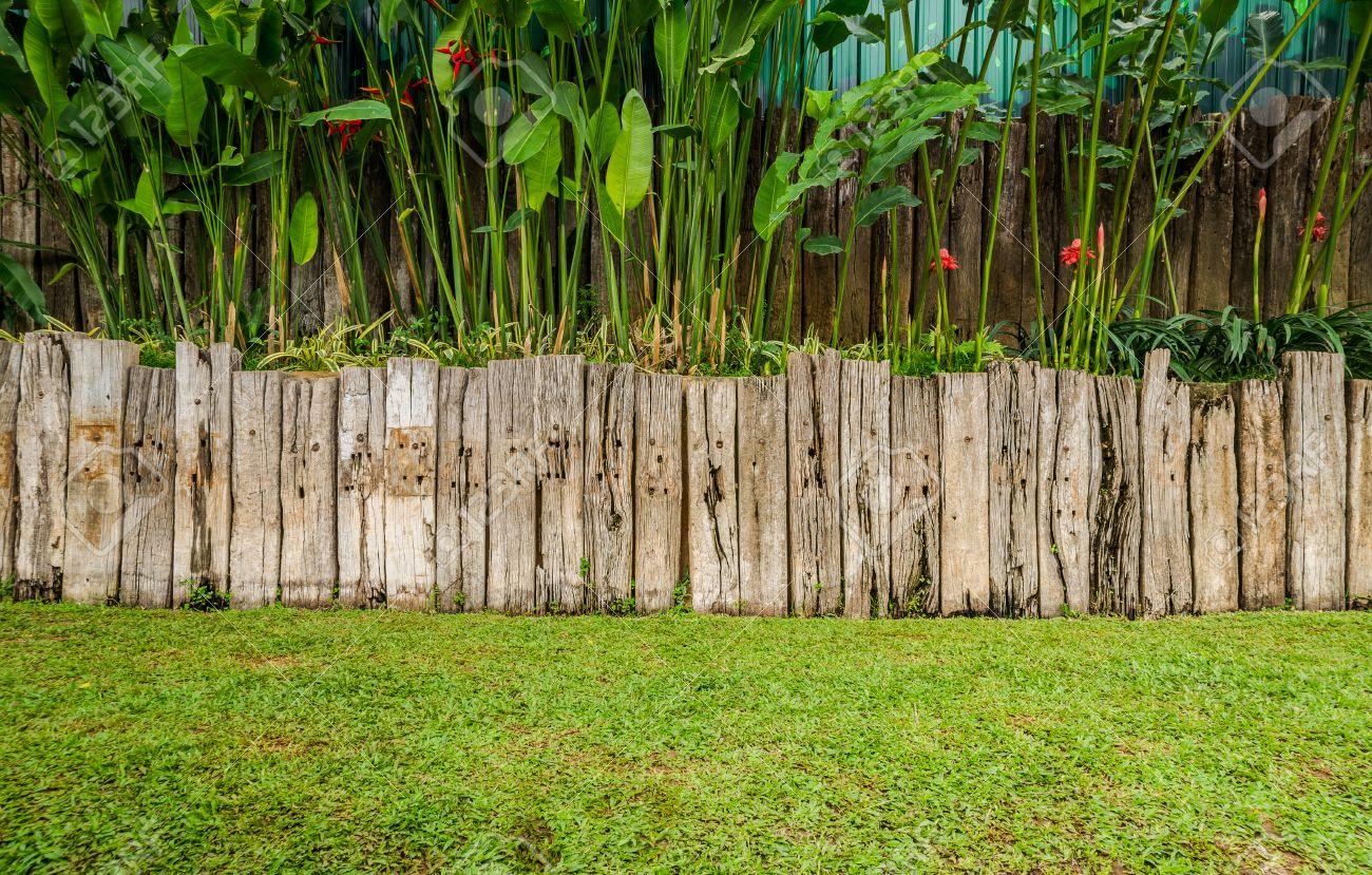 Style Vintage Vieille Cloture En Bois Fabrique A Partir De Traverse De Voie Ferree Sur Fond De Jardin Banque D Images Et Photos Libres De Droits Image 36753436