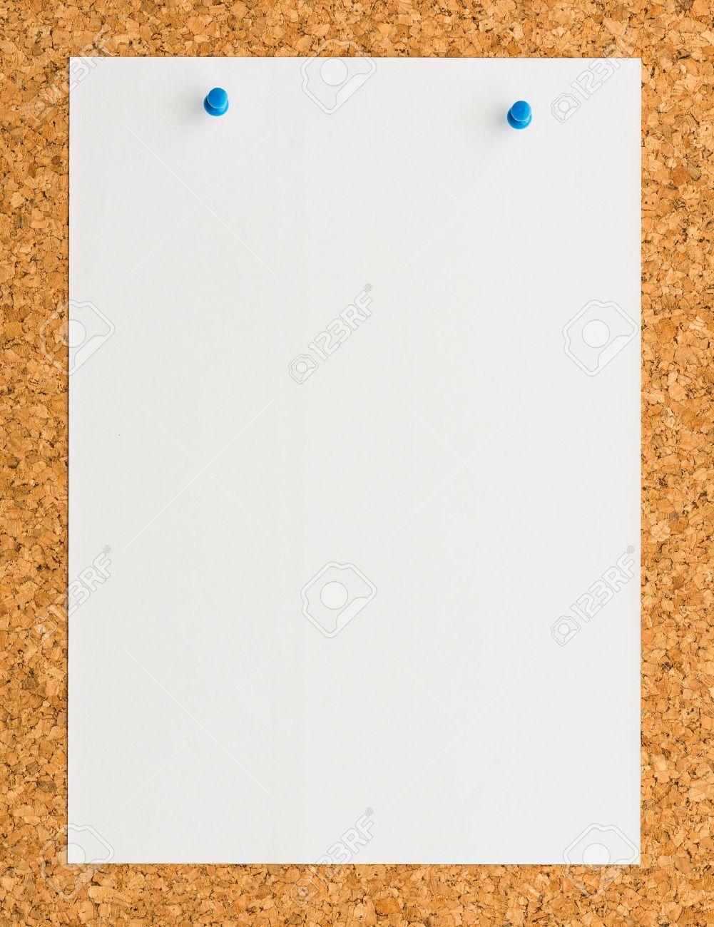 Nahaufnahme Weißes Blatt Papier Notizblatt Mit Blauen Push-Pin-auf ...