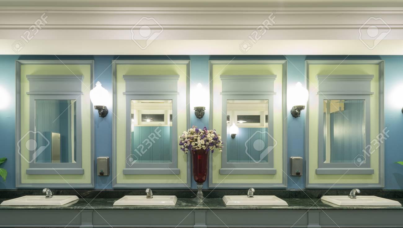 Couleur Vert Salle De Bain gros plan bleu et vert concept de couleur de design d'intérieur de style  moderne dans une salle de bains